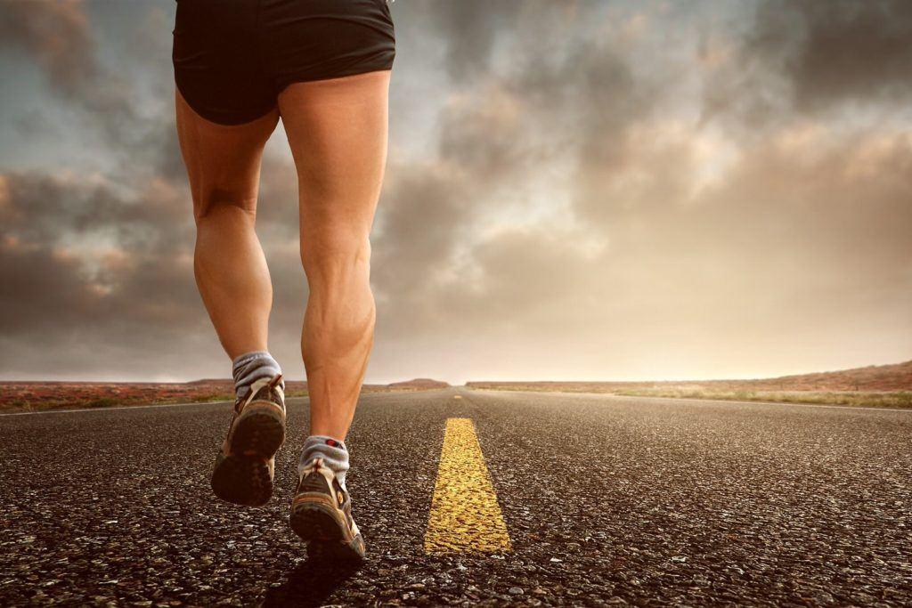 Une personne qui court sur la route. Pour réaliser ses objectifs, il faut savoir être un marathonien.