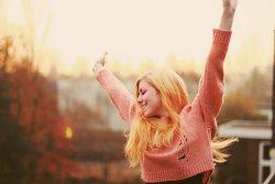 5 habitudes matinales des personnes heureuses. Soyez positif et heureux en réalisant ces 5 habitudes. Revolution positive. Le succès est à la portée de tous !