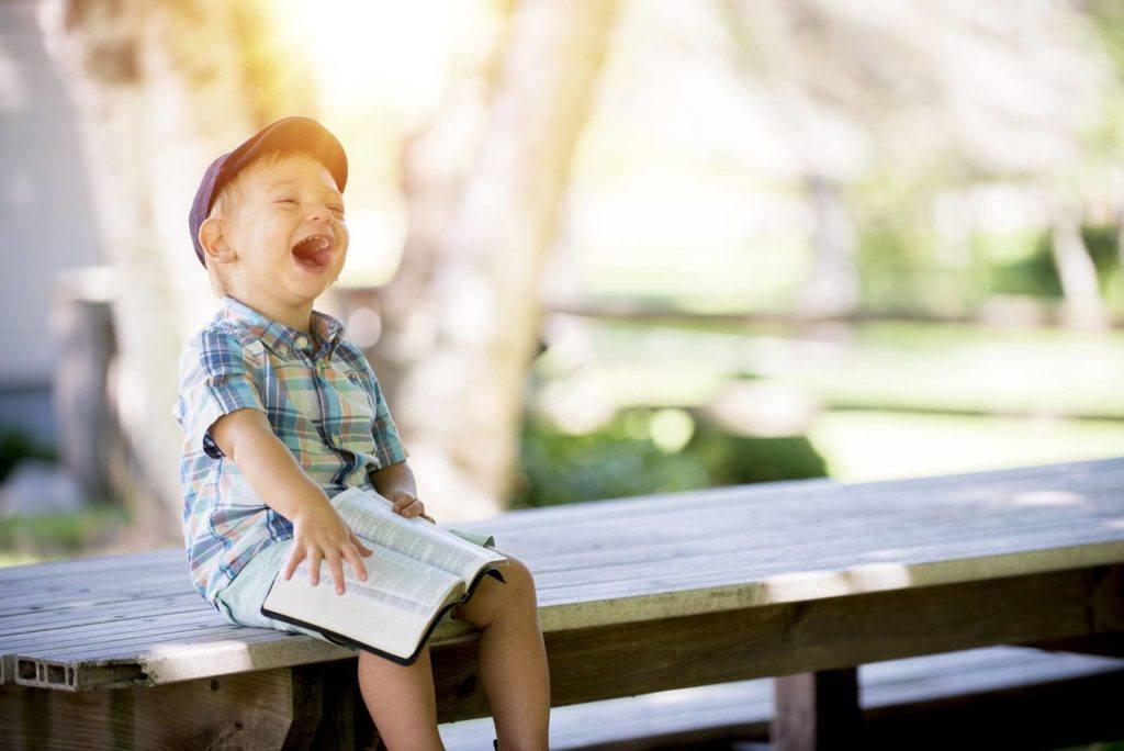 Les 11 habitudes que les personnes heureuses ne font pas. Découvrez les mauvaises habitudes qui plombent votre bonheur. Devenez plus heureux et plus positif !
