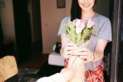 10 façons de mettre du bonheur autour de soi. Comment rendre les autres plus heureux et comment améliorer la qualité de nos relations sociales de manière simples avec des actes de générosités.