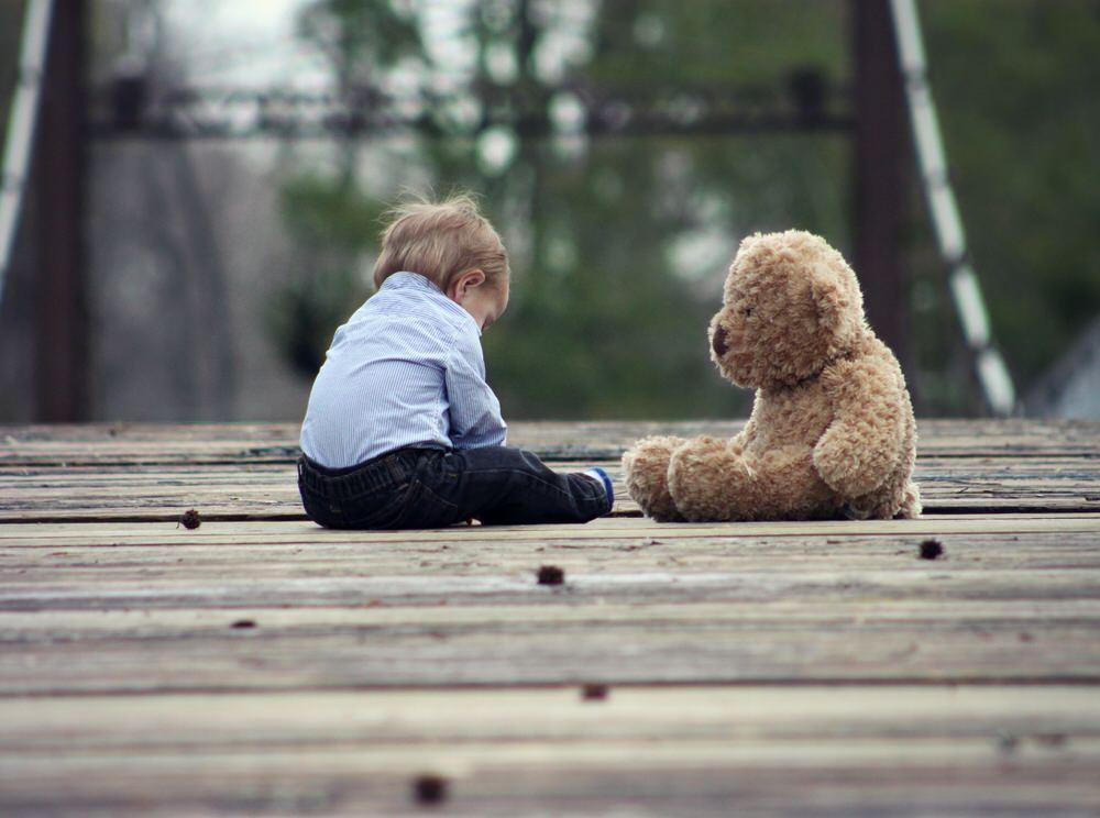 Les bébés isolés ont des retard de développement psychologique et physique. Il ne faut pas laisser les enfants seuls et manquer d'affection.