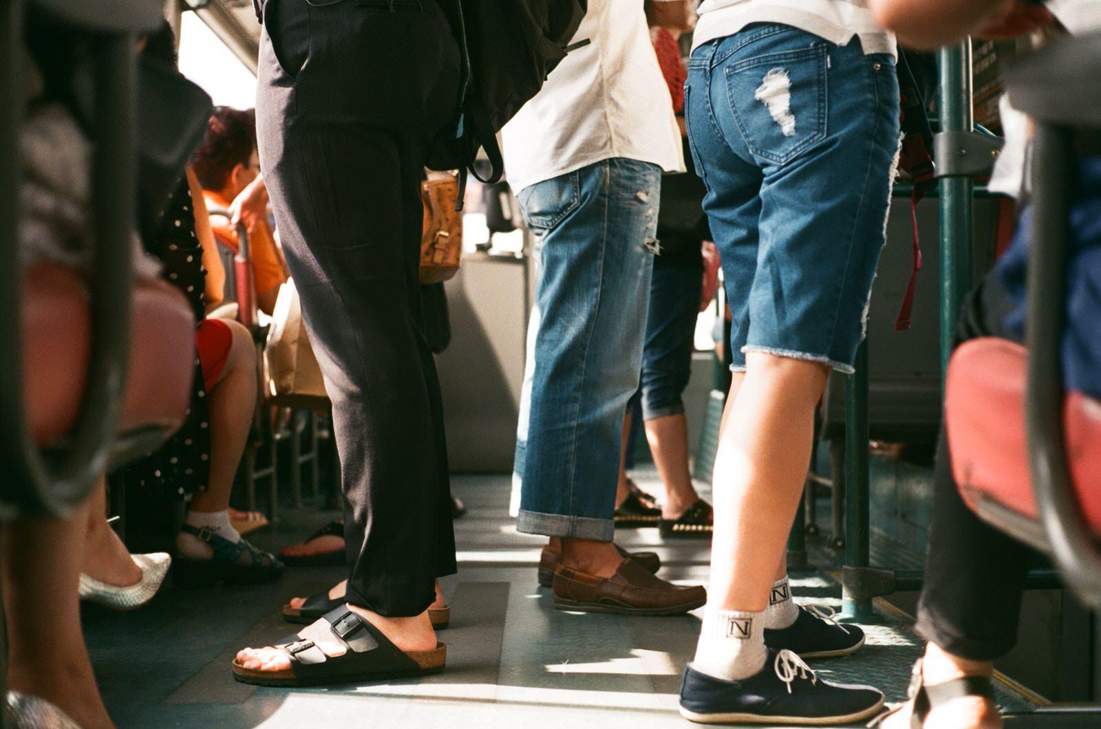 Exemple du bus quand il y a beaucoup de monde. Observation consciente des personnes.
