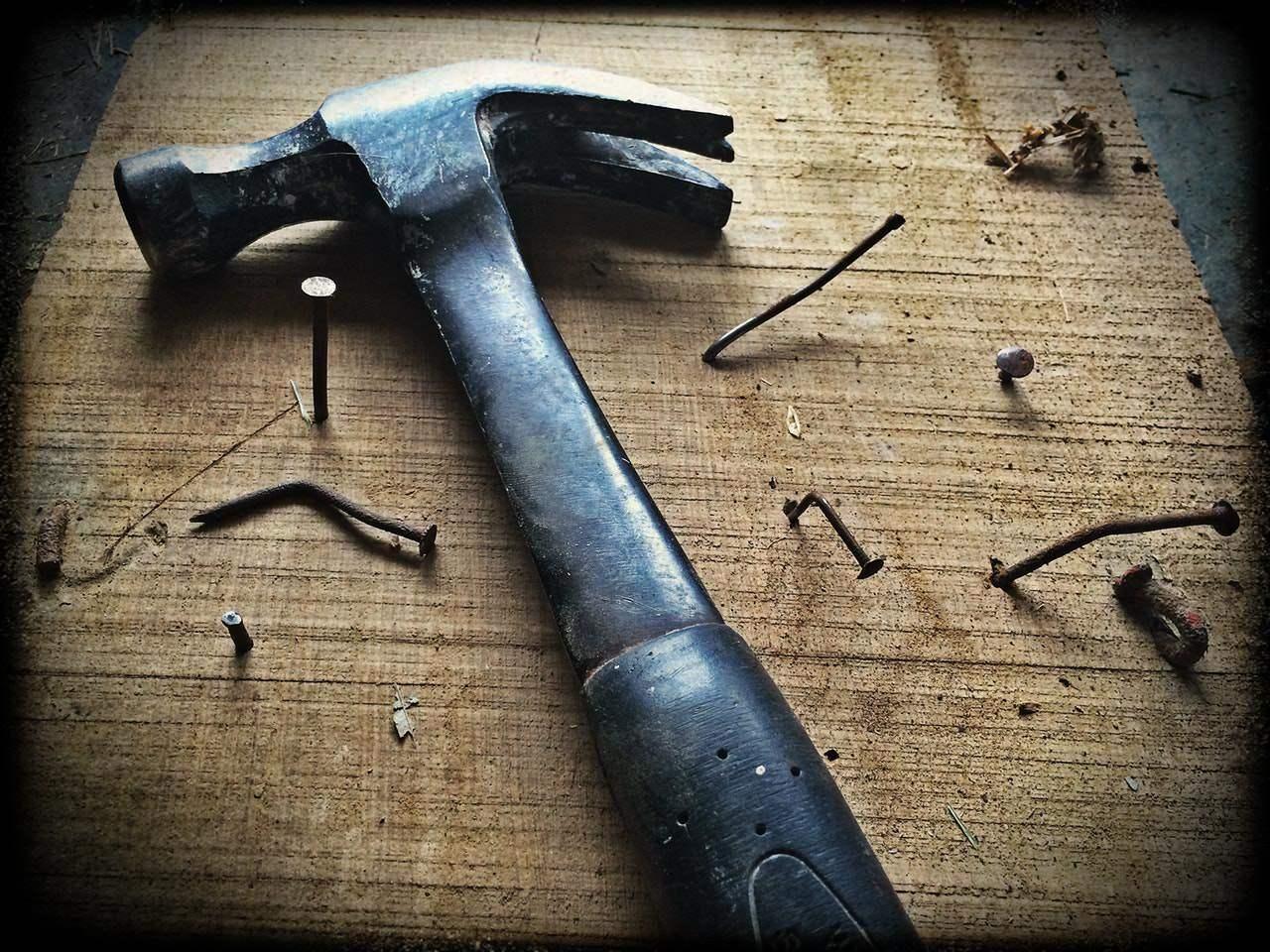 L'histoire du petit garçon qui plante des clous avec un marteau