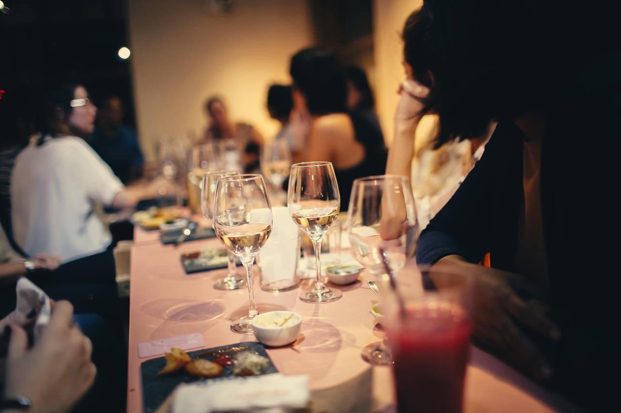 Comment faire lorsqu'on se retrouve seul dans une soirée ? Les émotions nous envahissent.