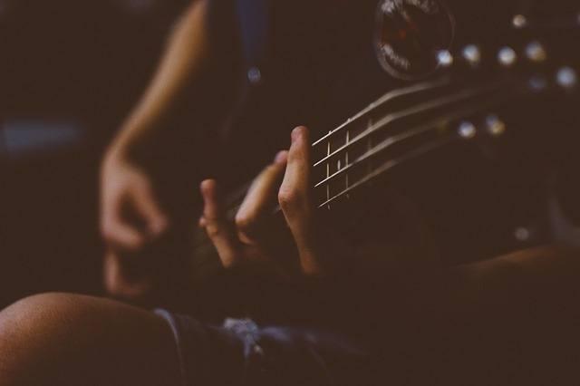 Camille joue de la guitare et donne des cours privés